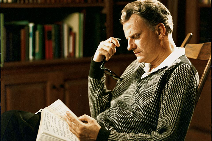 Billy Graham en train d'étudier la Bible.